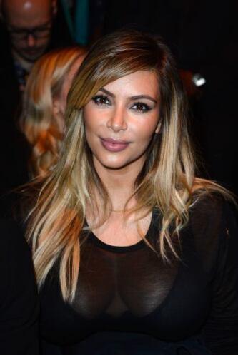 Con ese tono rubio, Kim Kardashian luce radiante.