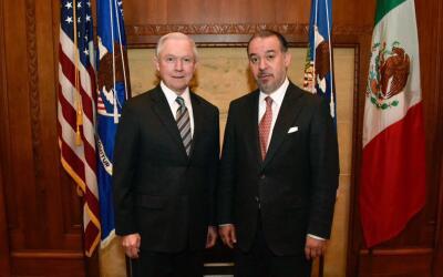 El procurador general de México, Raúl Cervantes posando co...