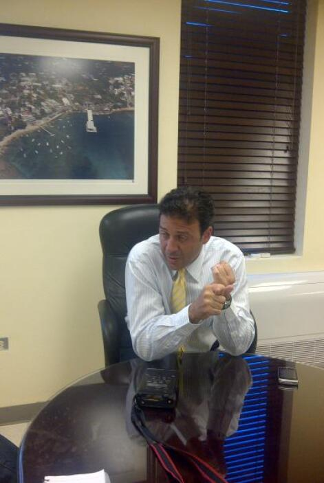 El periodista Orlando Crúz entrevisto al director de la Autoridad de Pue...