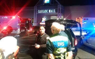 Las autoridades trabajan en la escena de un tiroteo en el Cascade Mall d...