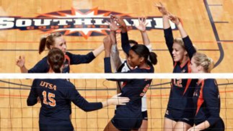 El equipo de voleibol de UTSA celebra una de sus victorias de la liga So...