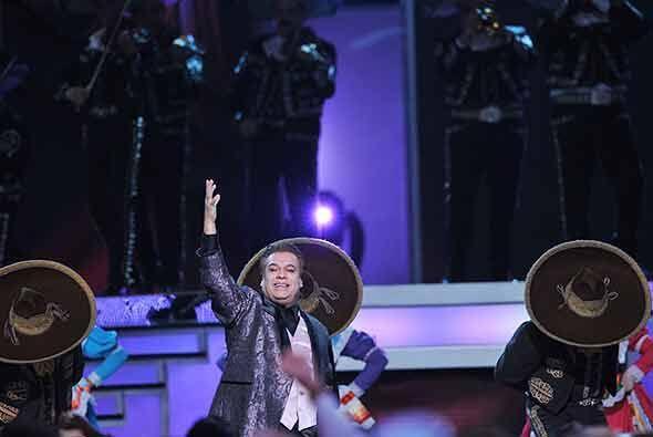 El galardonado cantautor puso de pie a todo el público durante su presen...