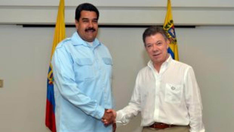 Los presidentes de Colombia, Juan Manuel Santos, y de Venezuela, Nicolás...