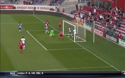 Nemanja Nikolic no pierde tiempo y anota un gol de vestuario