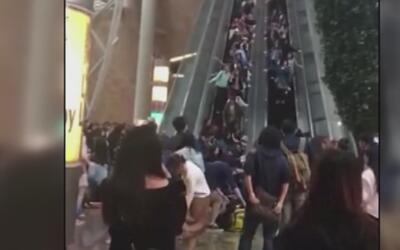 Caos en un centro comercial de China cuando una escalera mecánica comenz...