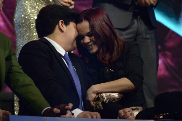 Así festejó Stephanie en las butacas, con su amiga Ana Cristina.