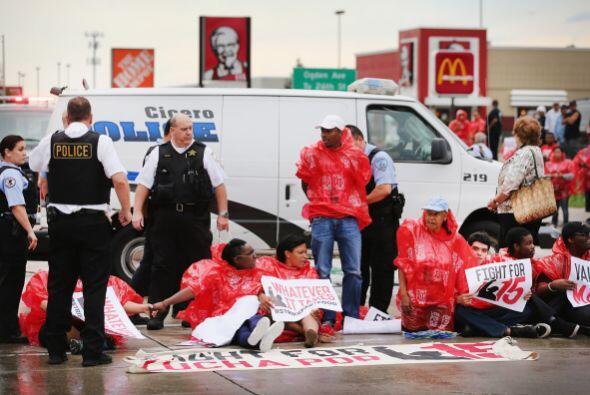 Los manifestantes demandaban un salario mínimo de 15 dólar...