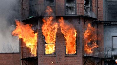 Incendio en Boston deja 2 bomberos muertos