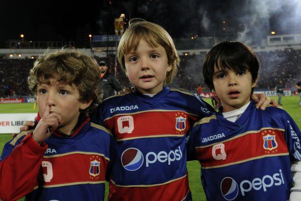 Los ´Barras Bravas´ del Deportivo Quito se juntaron para ver a su equipo...