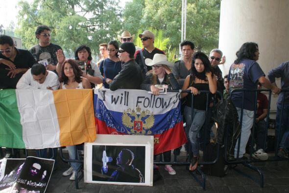 En las afueras de la residencia oficial de Los Pinos y del hotel, miles...