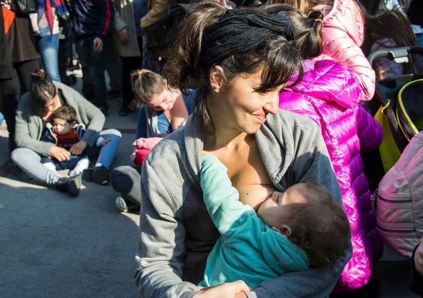 Mujeres se manifiestan amamantando a sus hijos en San Isidro, a las afue...