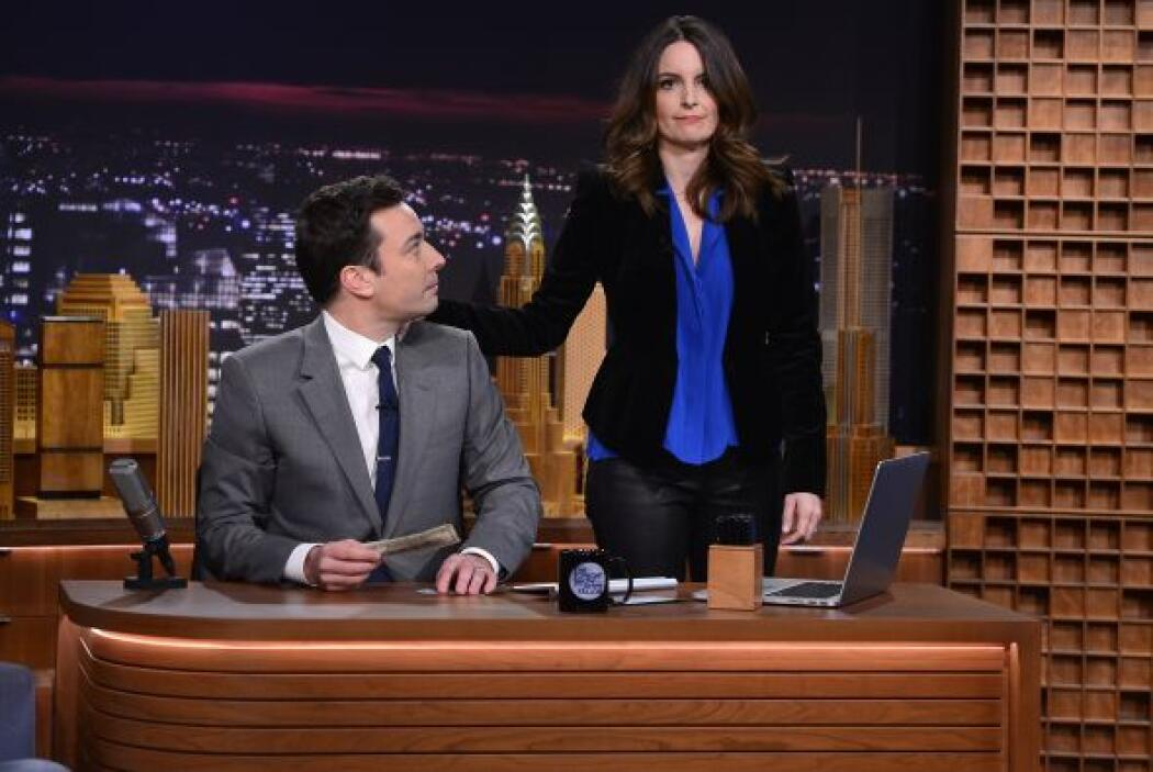 "Su ex compañera en ""Saturday Night Live"", Tina Fey. Mira aquí los videos..."