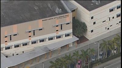 Se escuchan disparos cerca de escuela superior en Miami Gardens