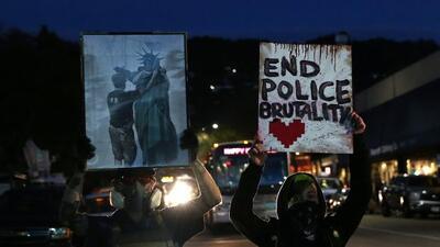 Manifestantes rompieron ventanas y lanzaron objetos contra la polic&iacu...