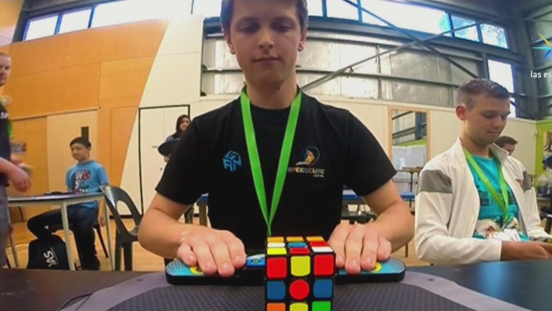 Joven australiano impone un nuevo récord de velocidad al armar un cubo d...