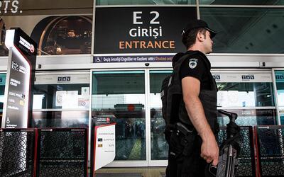 La policía custodia el aeropuerto internacional Atatürk, en Estambul.
