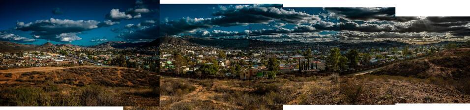 Sección del muro que separa la ciudad de Tecate, en México, del territor...