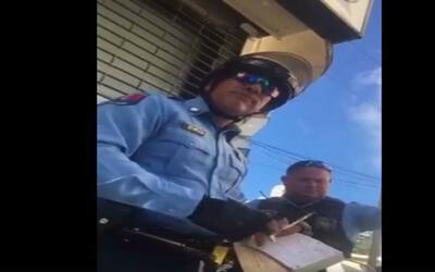 "Policía amenaza a conductor con pegarle ""un tiro"""