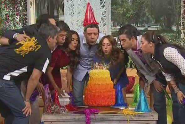 Todos juntos alrededor del hermoso pastel de aniversario