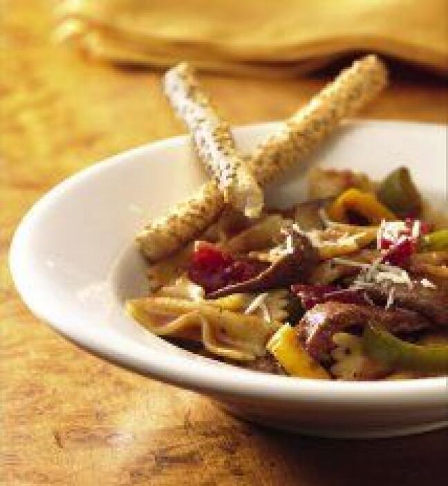 Pasta de corbatas con carne de res y tomates. El sabor de la comida ital...