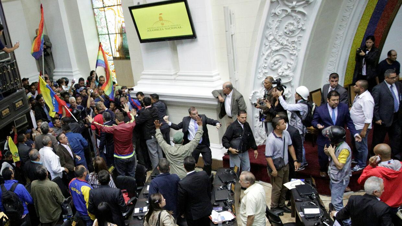 Chavistas irrumpen en la Asamblea Nacional durante debate por posible de...