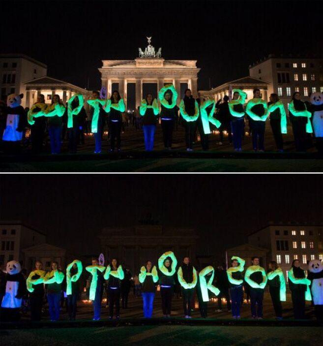 Los activistas del World Wide Fund en la emblemática Puerta de Brandembu...