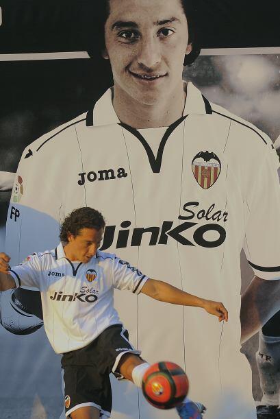 Andrés Guardado fue presentado como nuevo refuerzo del Valencia a...