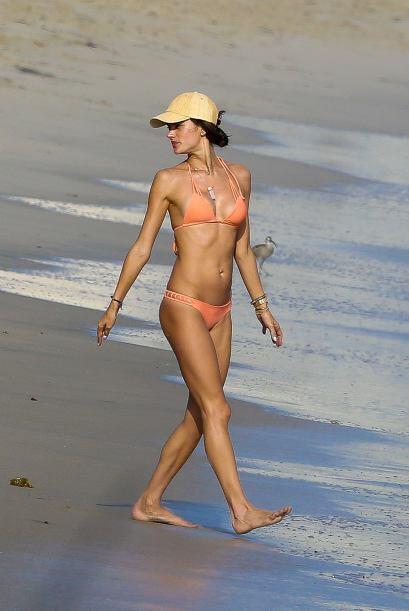 Ale usó un precioso bikini en tono anaranjado.