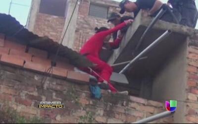 Una joven intentó lanzarse de una azotea y unos agentes lo impidieron