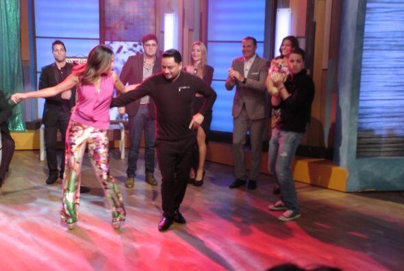 Se nota que a la mexicana le fascina bailar, y con un experto del mereng...