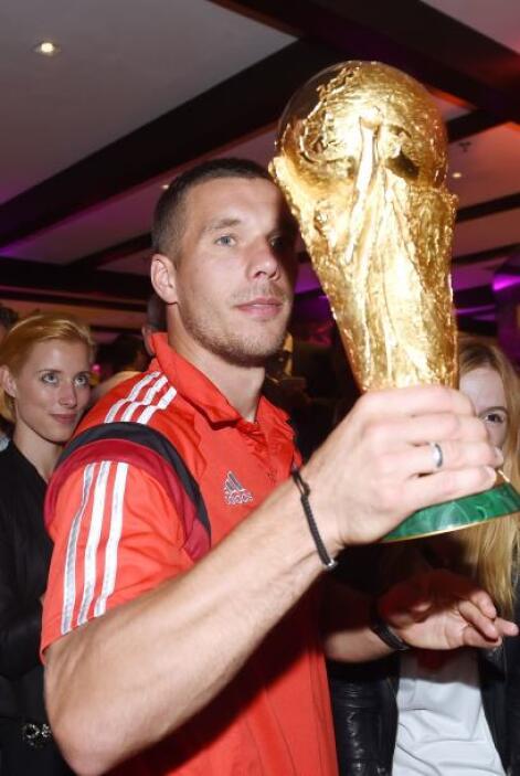Podolski no soltaba la Copa del Mundo.