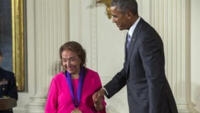 El presidente de Estados Unidos Barack Obama le entrega la Medalla Nacio...