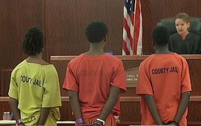 Acusan de asesinato en primer grado a tres hombres por la muerte de pequ...
