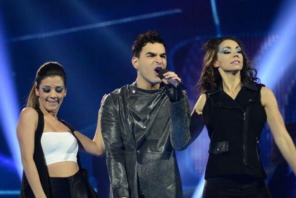 Víctor Robles comenzó a cantar.