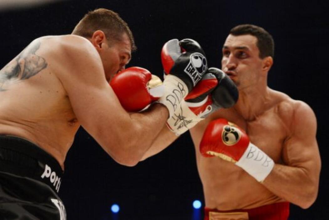Wladimir Klitschko no se cansó de golpear a Wach para ganar por decisión...