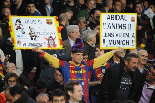 Mientras tanto, los fanáticos en las tribunas le mandaban 'recaditos' a...