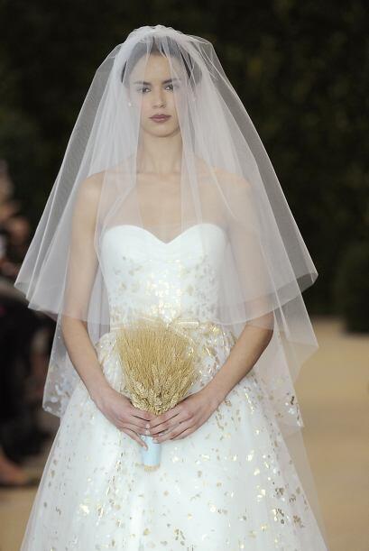 Los vestidos con falda de tul conservan una forma de princesa y un estil...