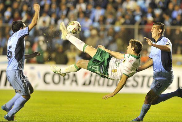 Espectacular maniobra de Mauro Boselli, quien intentó rematar a p...