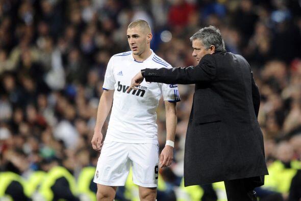 José Mourniho le daba instrucciones a Benzema en busca de una ven...