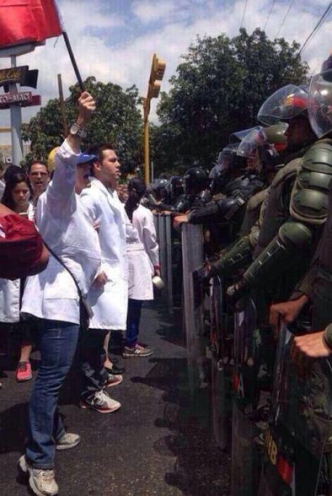 Médicos de Maracay, estado Aragua, son frenados por un pelotón antimotin...