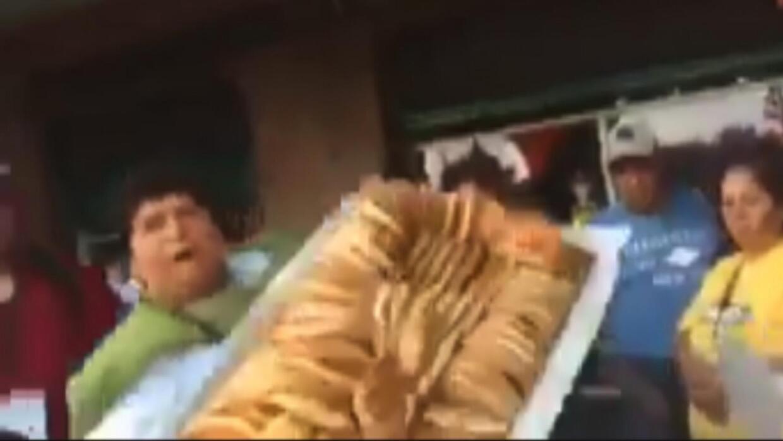 #LadyChurros avienta su mercancia para que no se la quite la policía