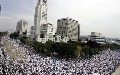 Más de medio millón de latinos marcharon en las calles de Los Ángeles