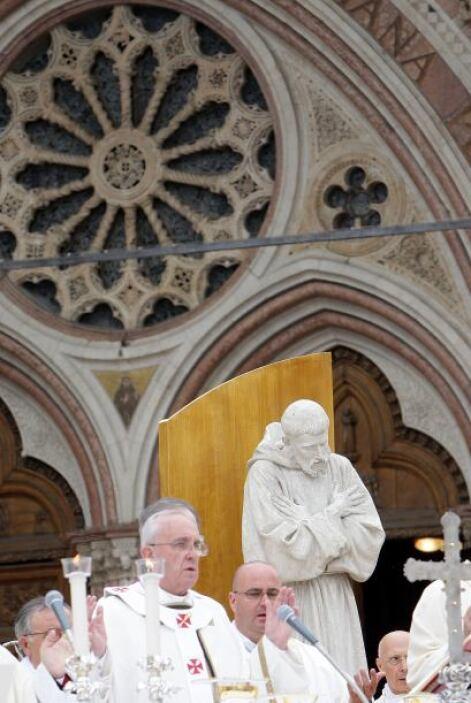 En la Basílica de Santa Clara, donde se encuentra el cuerpo de la santa,...