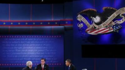 El gobernador Mitt Romney y el presidente Barack Obama durante el tercer...
