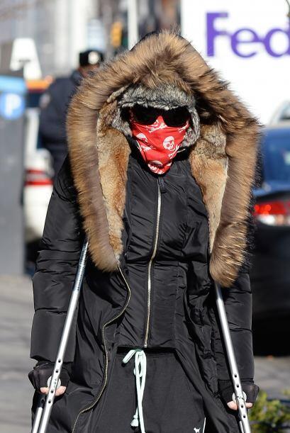 ¿Quién reconoce a Madonna con esas muletas y toda cubierta...