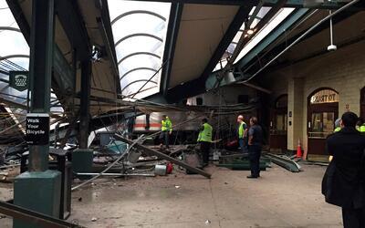 Al menos un muerto y más de 100 heridos deja accidente de tren en Nueva...