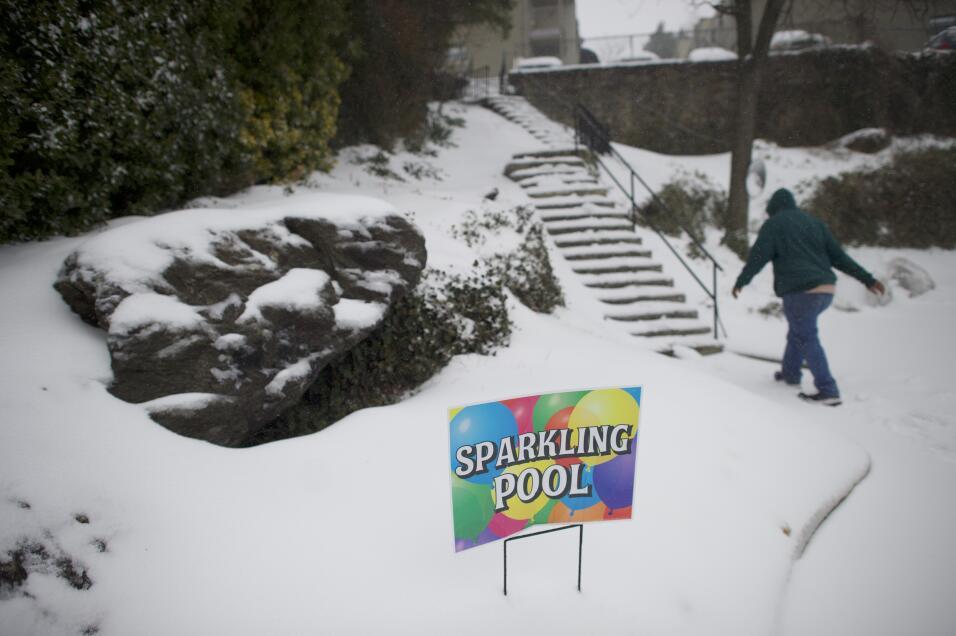 Más tarde en el día, el aviso de blizzard (ventisca) se canceló en la ci...