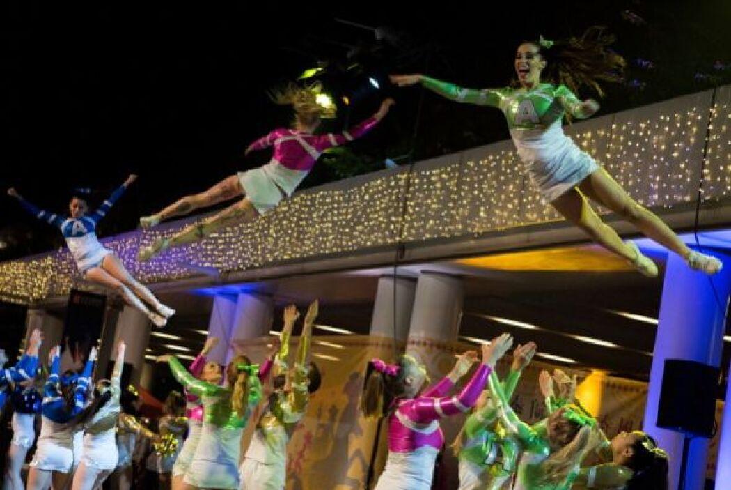 El público puedo disfrutar del espectáculo con desfiles multicolores y