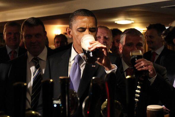 Obama saboreó un 'chop' de cerveza y brindó por el pueblo, su tatarabuel...