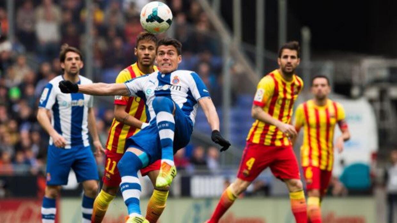 El defensa mexicano no piensa de momento en abandonar al club catalán.